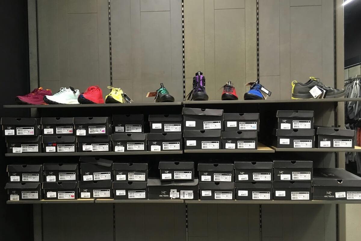 ファクトリーアウトレット店内の靴コーナー