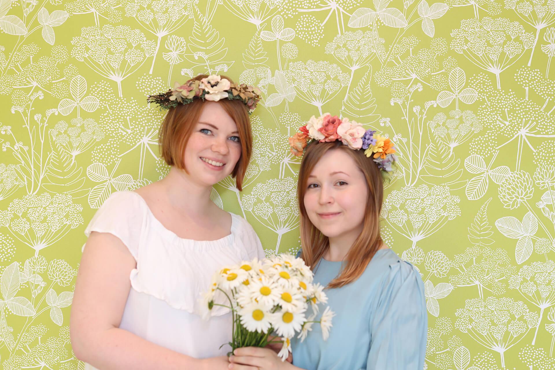 この写真は花冠づくりワークショップを楽しむ女性の様子です