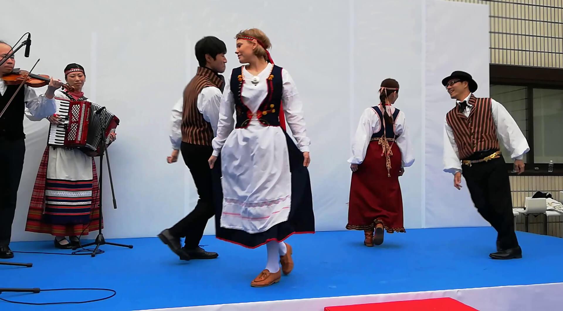 この写真はミッドサマーダンスの様子です