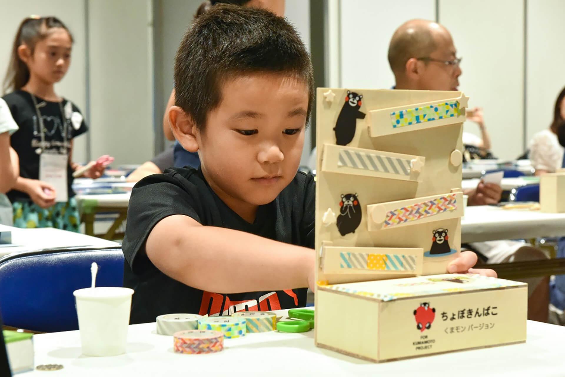 この写真はモノ作りを体験中の子供です