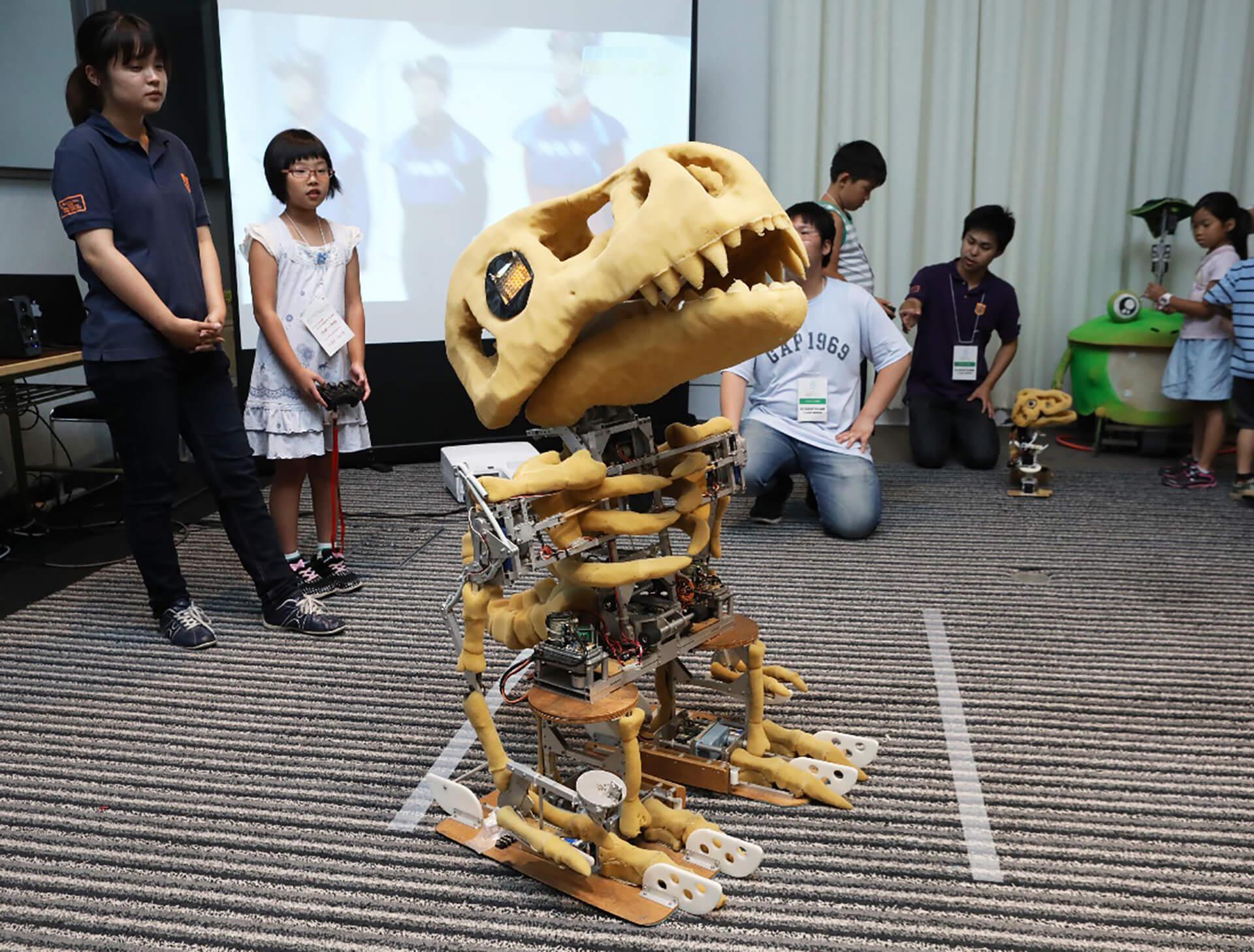 この写真は会場に展示されていた恐竜ロボットです