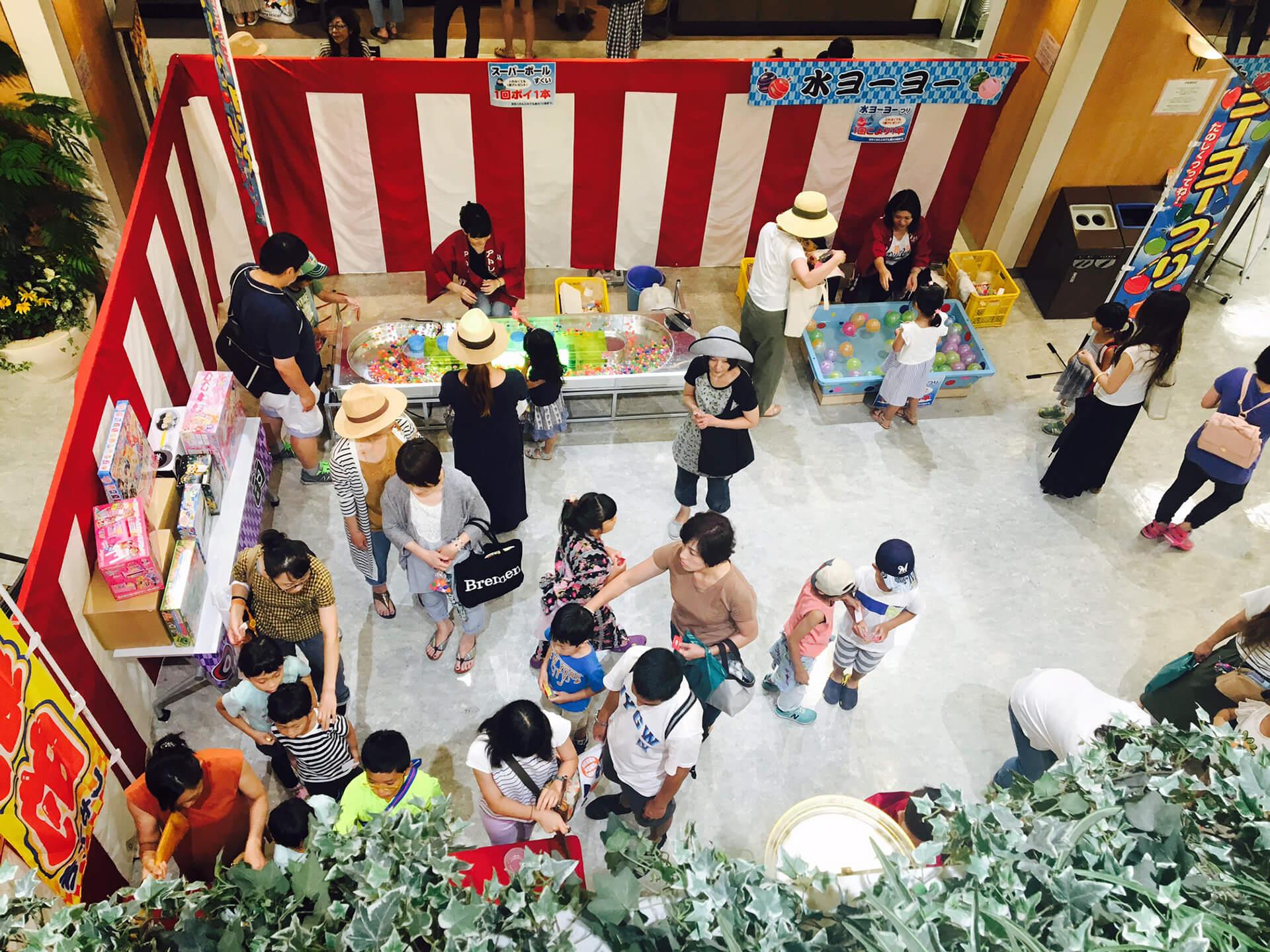 この写真はアトレ新浦安店「サマーカーニバル」の会場に設置される縁日の様子です