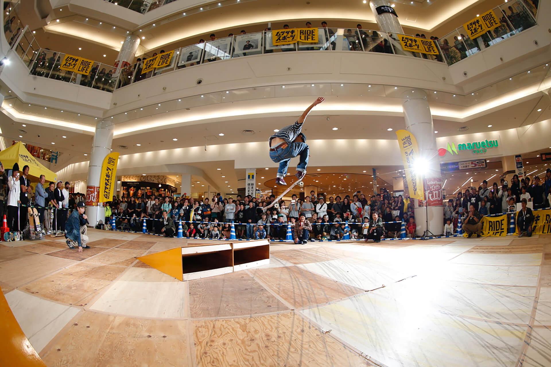 この写真は越谷イオンレイクタウンにて、 スケートボード&BMXスペシャルパフォーマンスショーのパフォーマンスの様子。スケーターが舞っている様子です