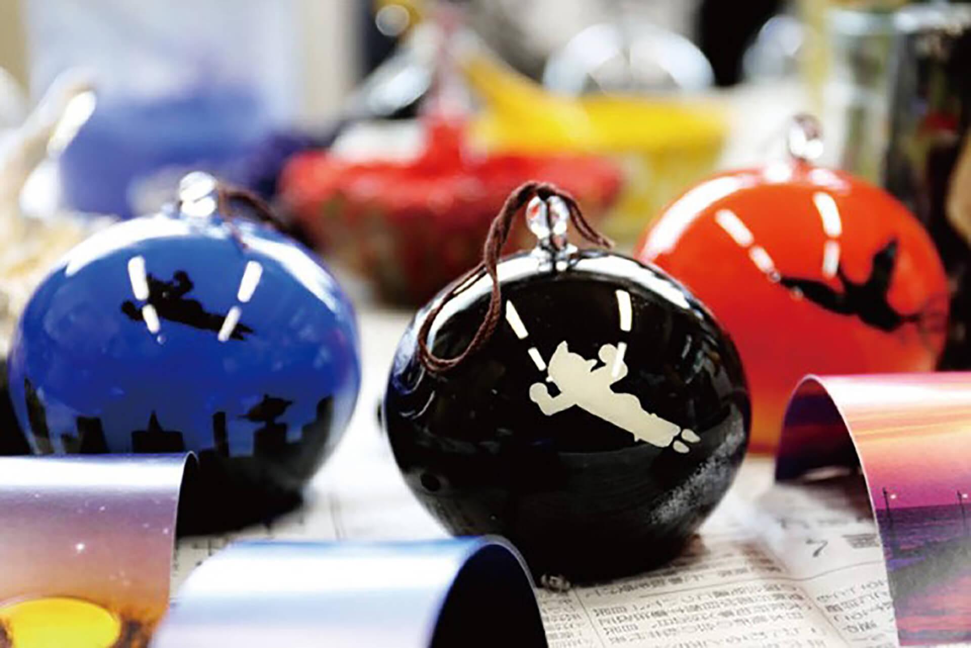 この写真はアトム堂本舗で販売されるオリジナルグッズの陶磁器です