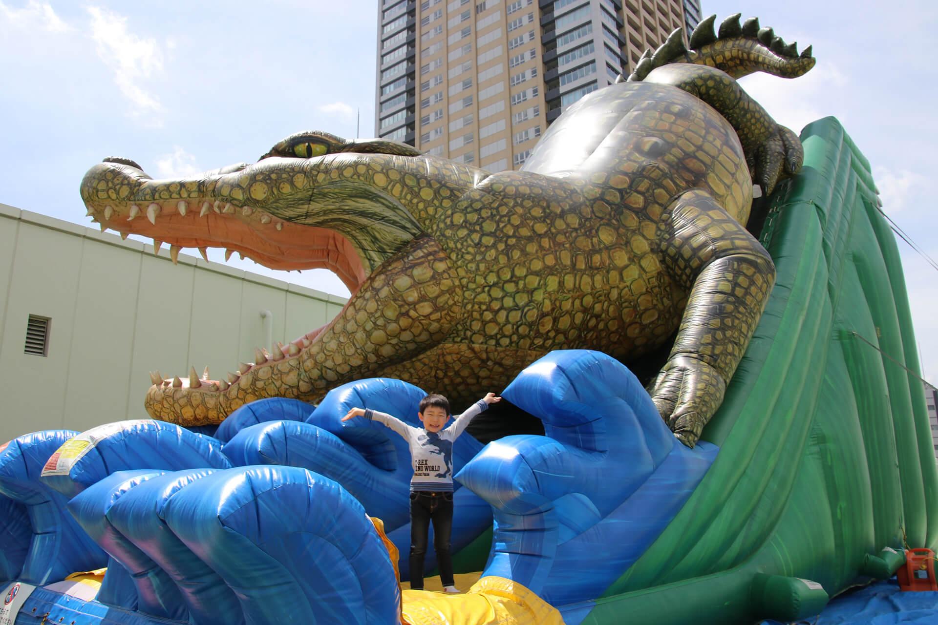 この写真はサンシャイン水族館 夏フェス2019の巨大ワニすべり台の様子