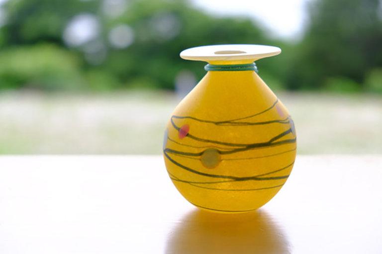 この写真は暮らしとクリーマに出品する、ワタリグラススタジオの商品ガラス花瓶です