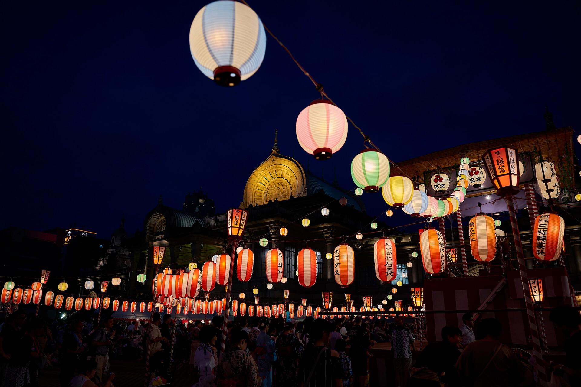 この写真は、築地本願寺『納涼盆踊り大会』のイメージ。提灯が沢山連なっているいる様子です