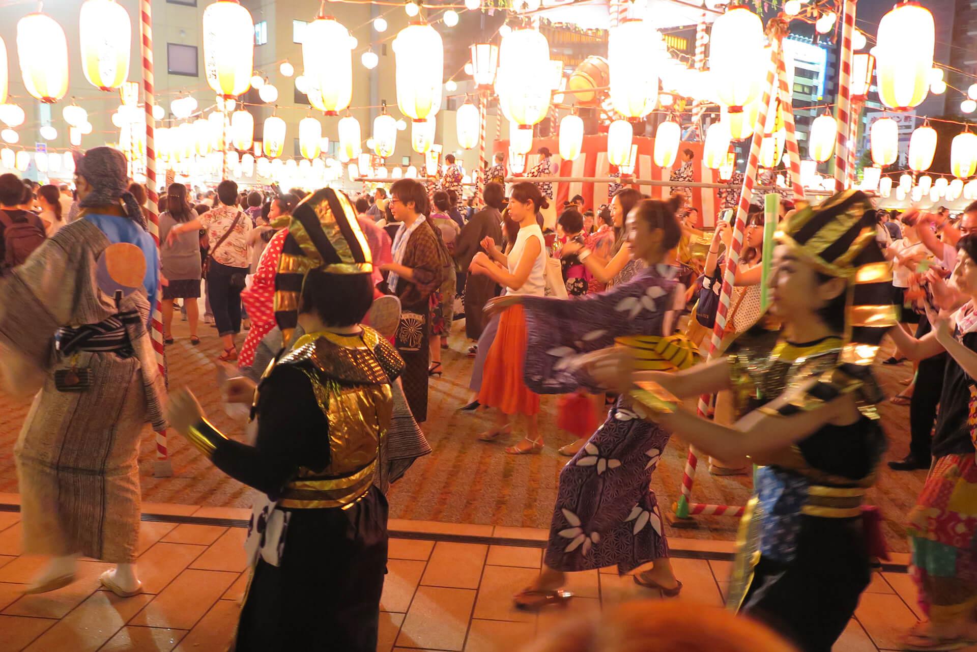 この写真は、築地本願寺『納涼盆踊り大会』のイメージ。盆踊りに興じる客