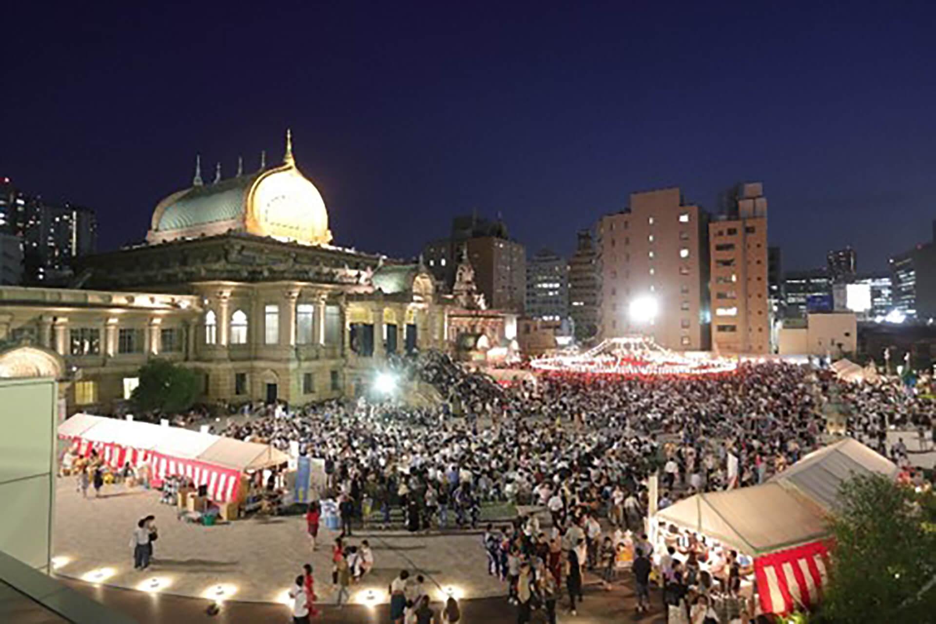 この写真は、築地本願寺『納涼盆踊り大会』のイメージ。会場を広くみわたした全景写真