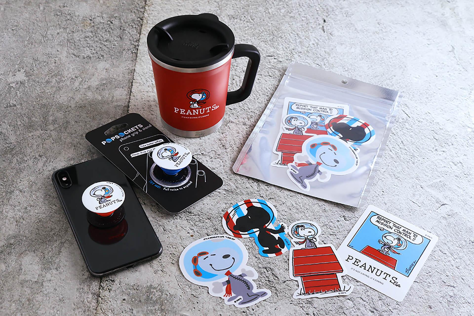 この写真は「PEANUTS Cafe」「PEANUTS DINER」全店開催中の、変装シリーズフェアで販売される関連グッズ集合です。マグや携帯アクセなど