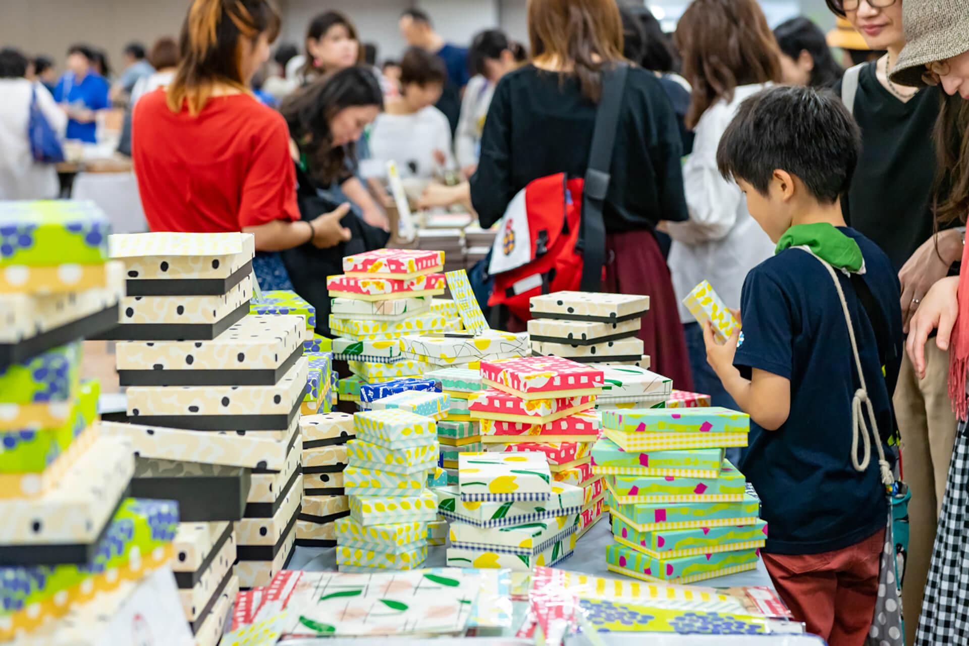 この写真は紙博 in東京 vol.3の会場風景・子供が商品を選択中