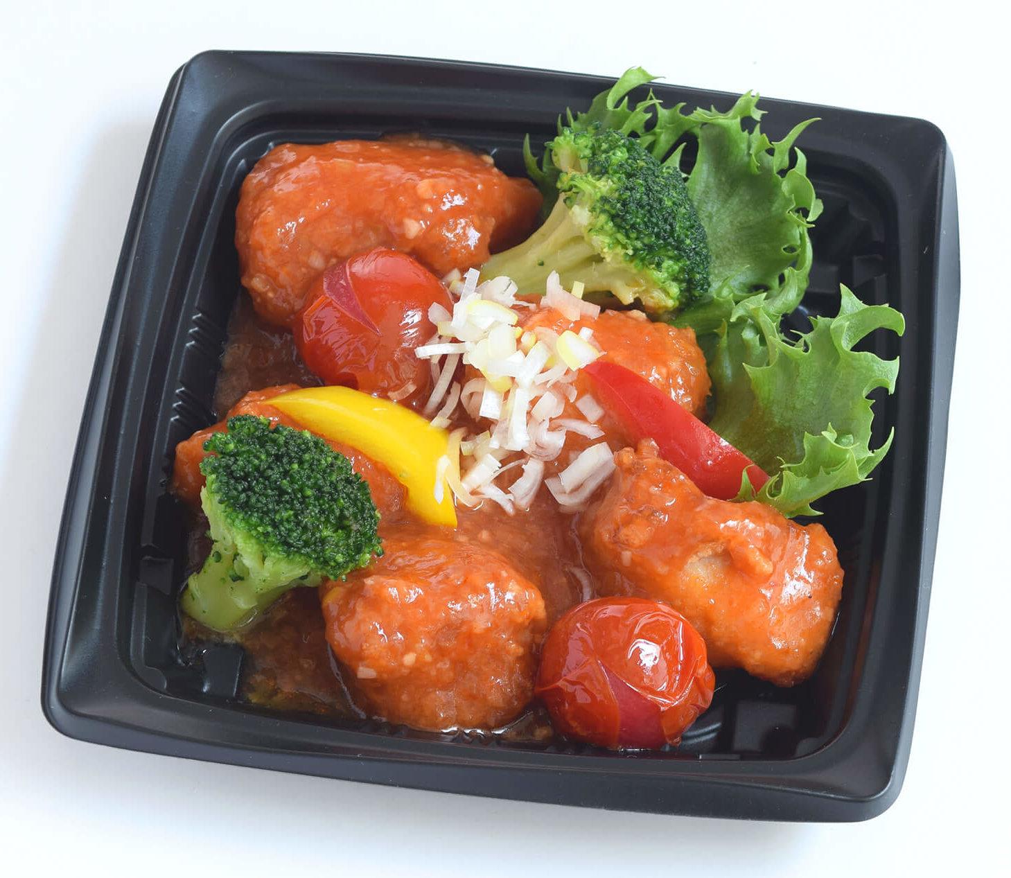 この写真は、RED FESの湯葉チップを衣に混ぜ込んだ、 長州鶏の湯葉唐揚げをピリ辛なトマトチリソース