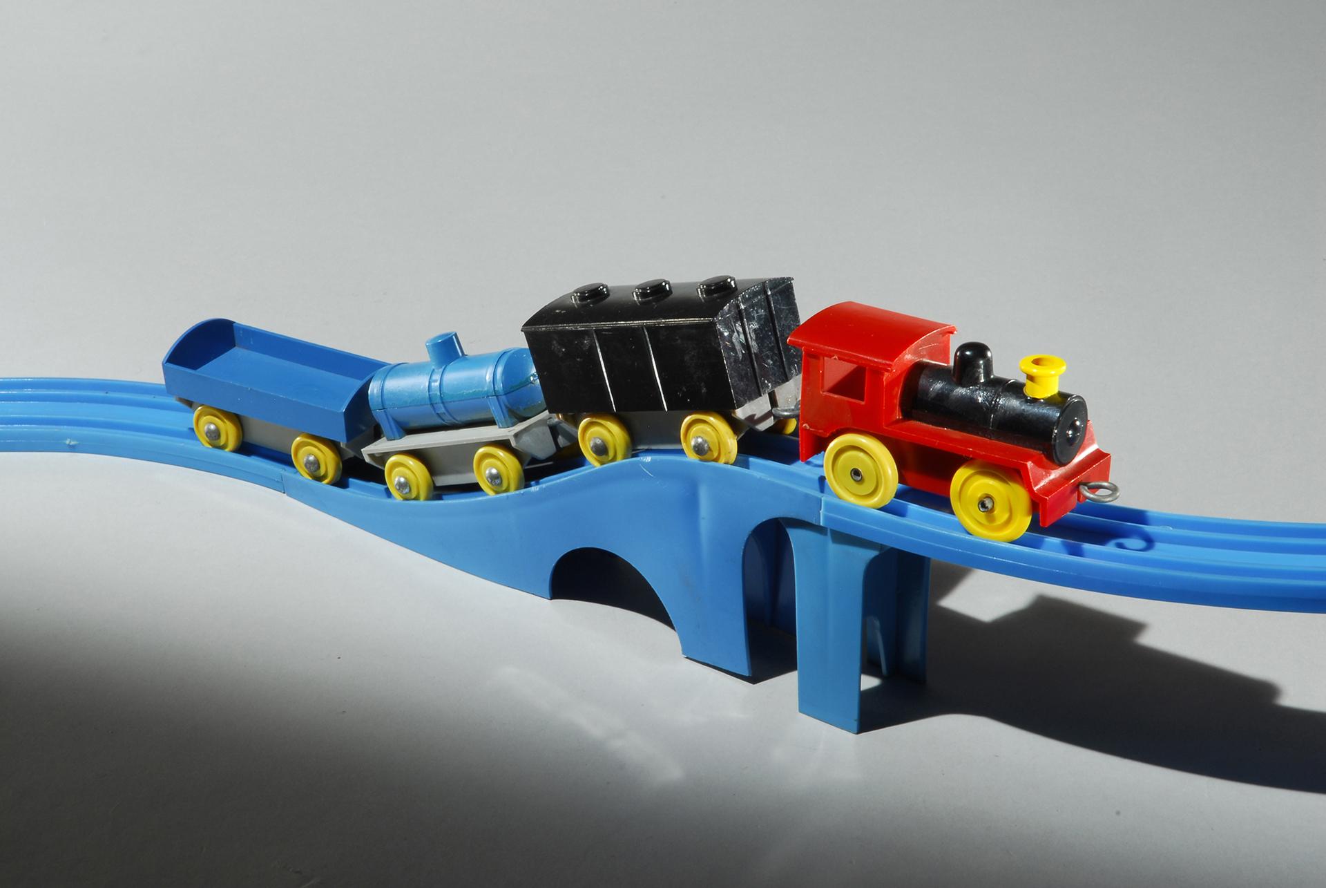 この写真は、プラレール60周年記念展に出展される、プラスチック汽車・レールセットの現物