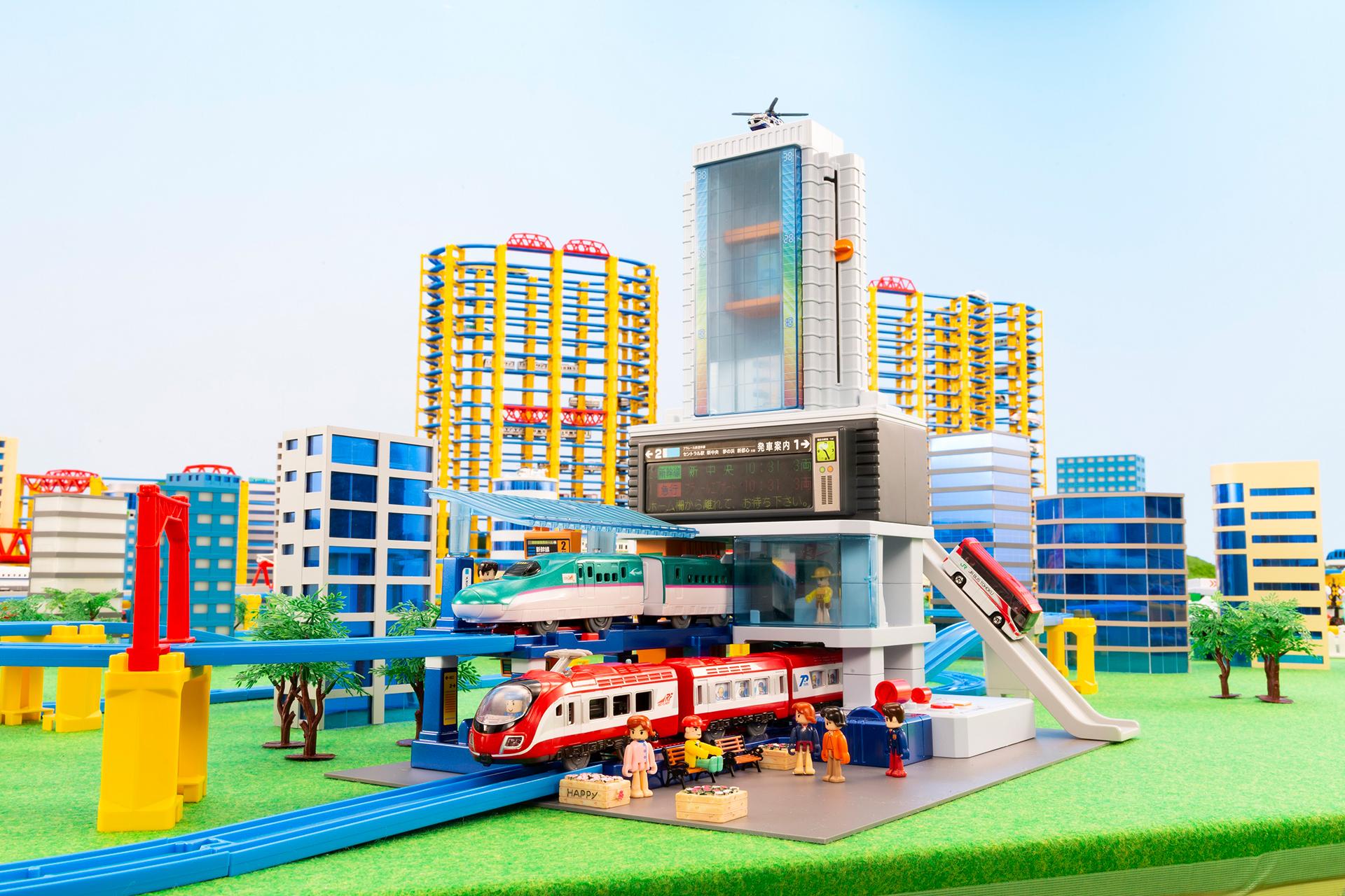 この写真は、プラレール60周年記念展に出展される、「プラレール鉄道」未来の駅舎ジオラマ全景です