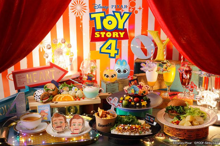この写真は、トイストーリー4のOH MY CAFEのメインビジュアル・いろんな料理ならんでいます