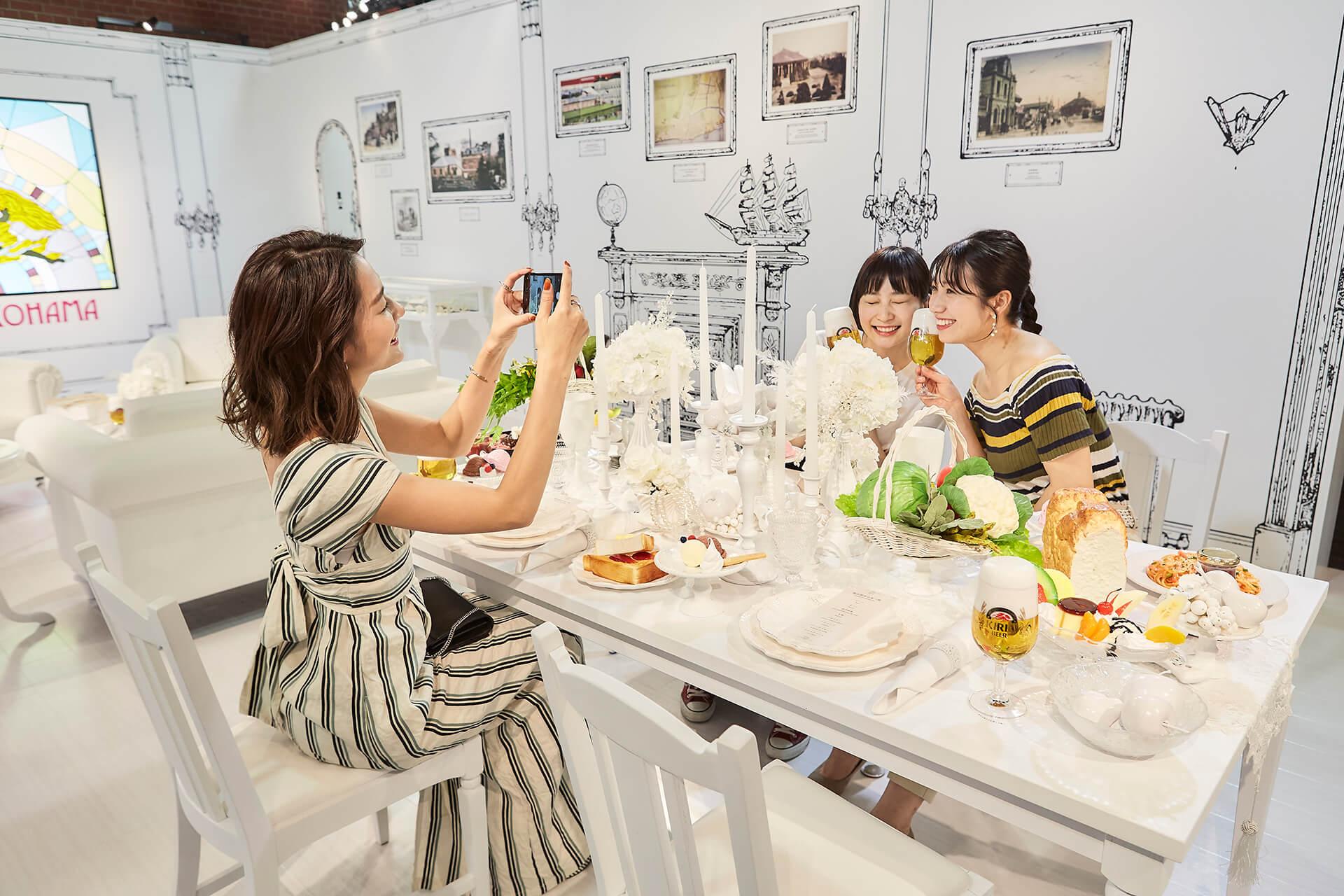 この写真は、#カンパイ展 2019のBorn in Yokohamaコーナーで興じる女子達