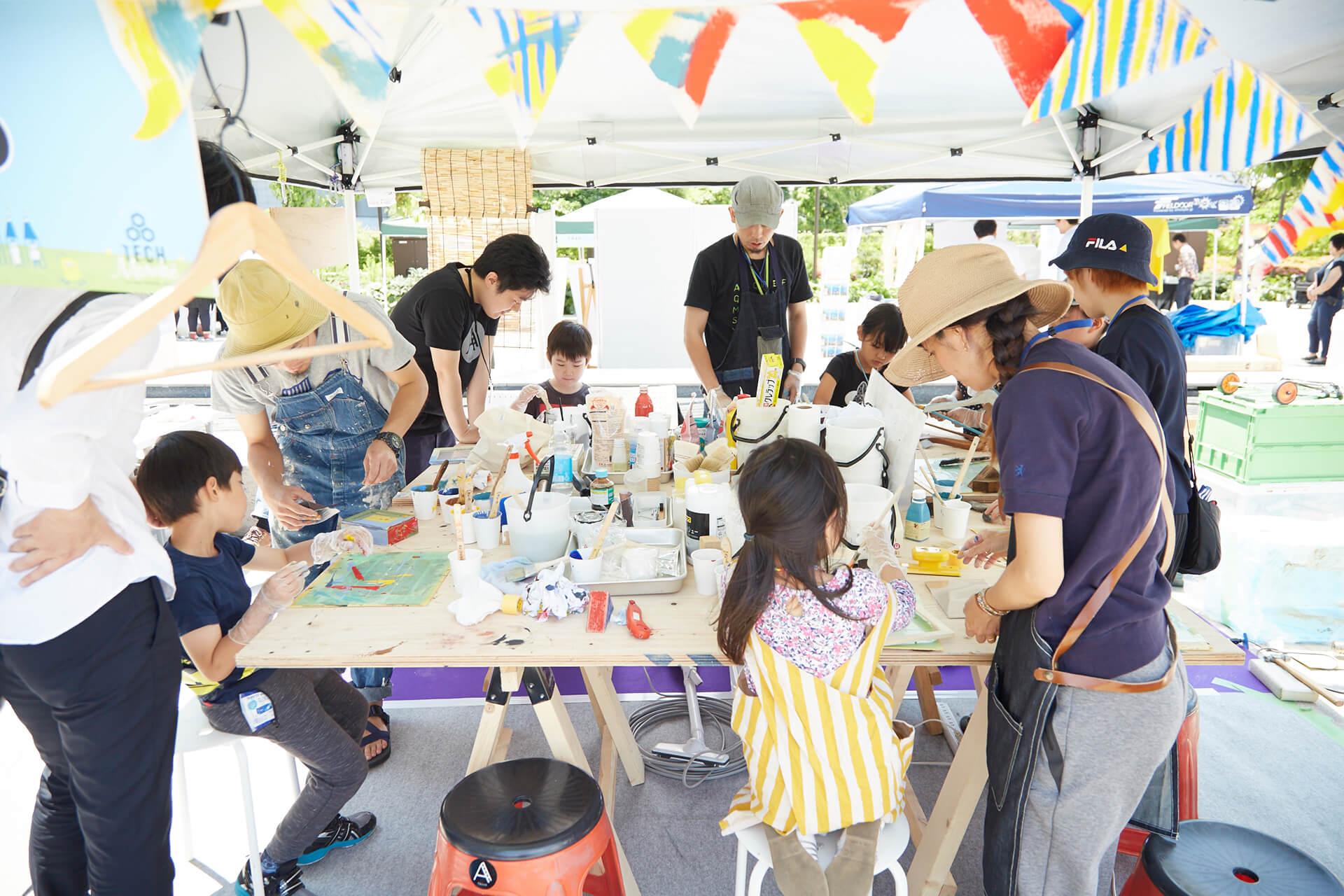 この写真は、品川アドベンチャーテラスのワークショップゾーンの様子。みんなで製作中です