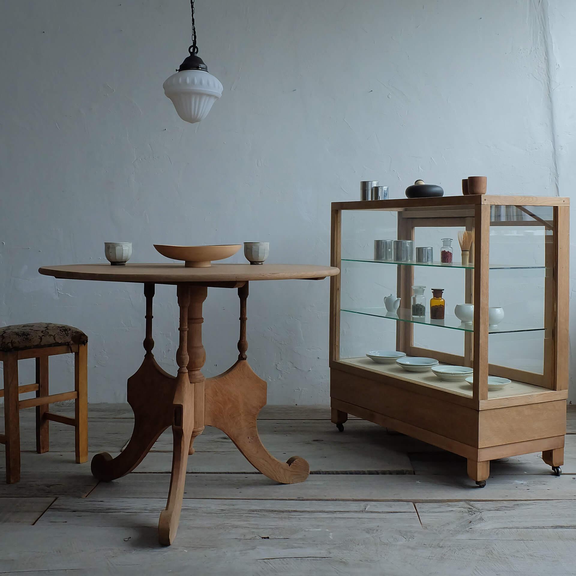 この写真はイッカポップアップストアで販売される家具やテーブルの集合写真