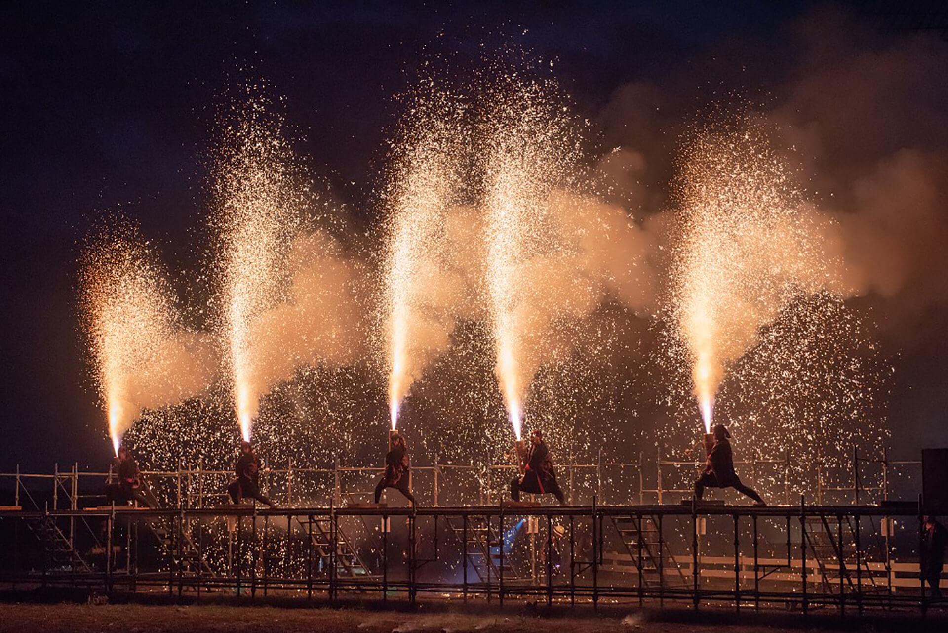 この写真は、佐倉花火フェスタ2019の大迫力の手筒花火の様子