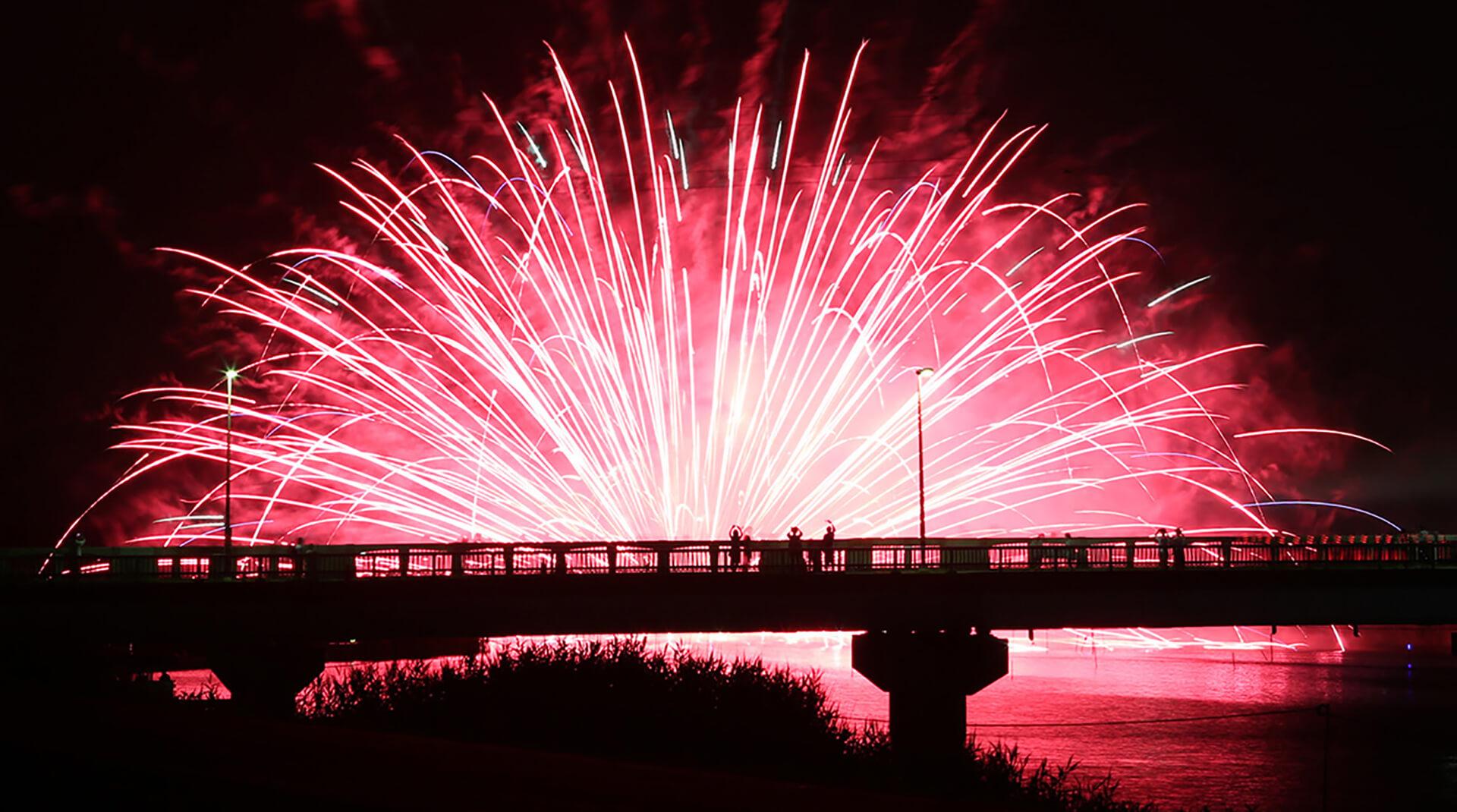 この写真は、佐倉花火フェスタ2019の水面に花火の彩りを楽しめる水上花火の様子