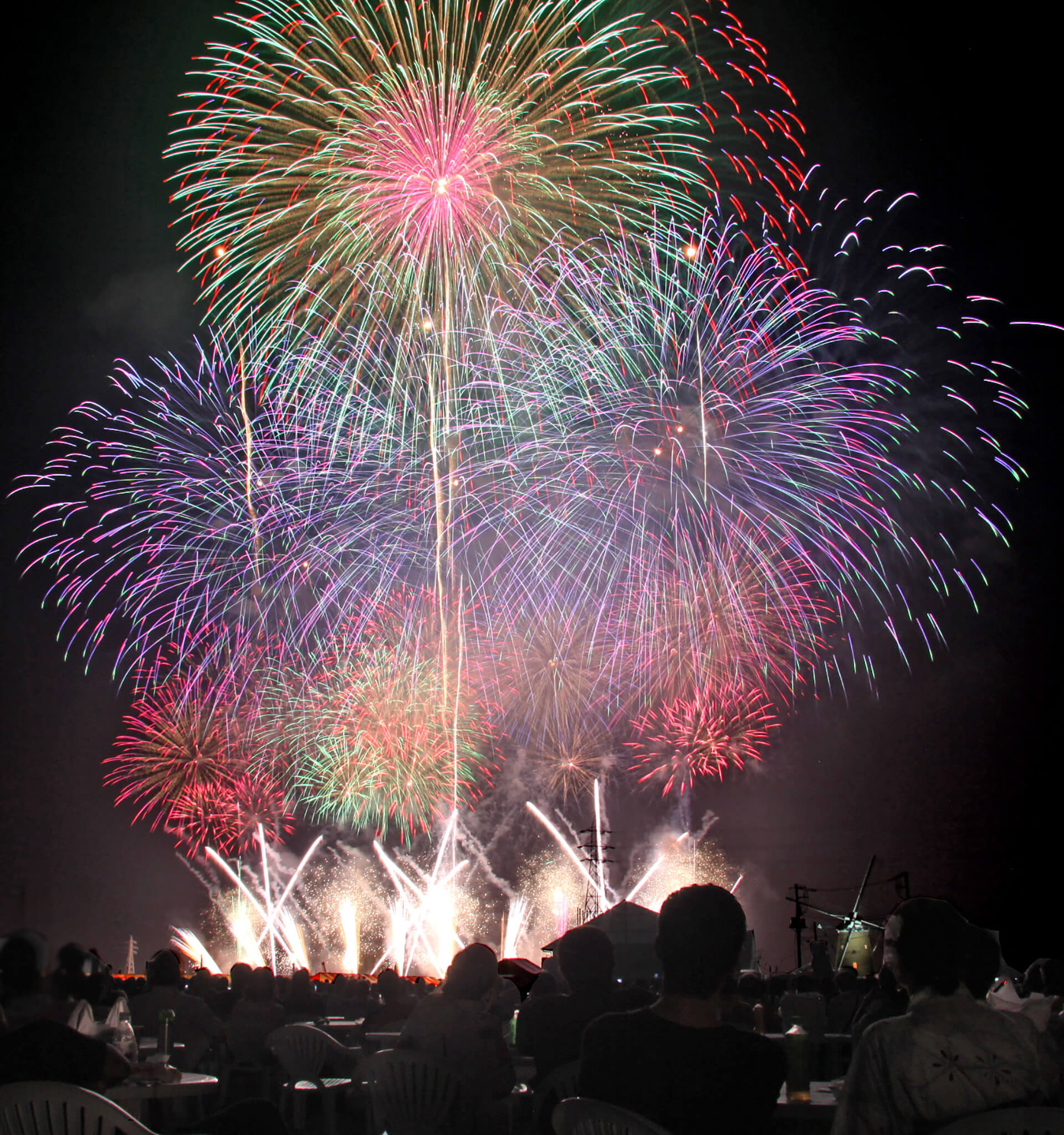 この写真は、佐倉花火フェスタ2019の有料観覧席から観る花火の様子