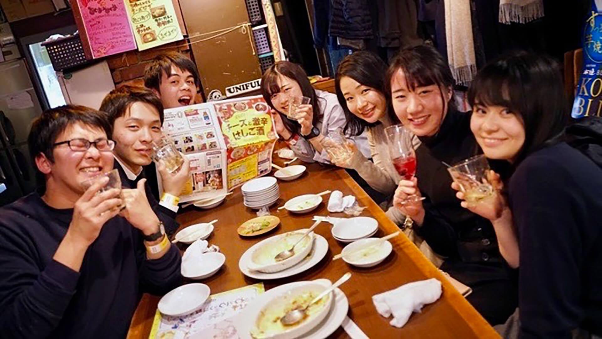 この写真は「ばるばる下北沢 クラフトビールとはしご酒 みんな呑み友」の前回開催の様子です。乾杯風景