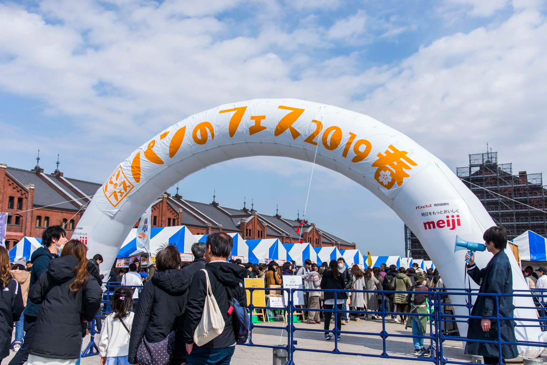 パンのフェス 2019 秋 in 横浜赤レンガの入り口にある大型バルーン