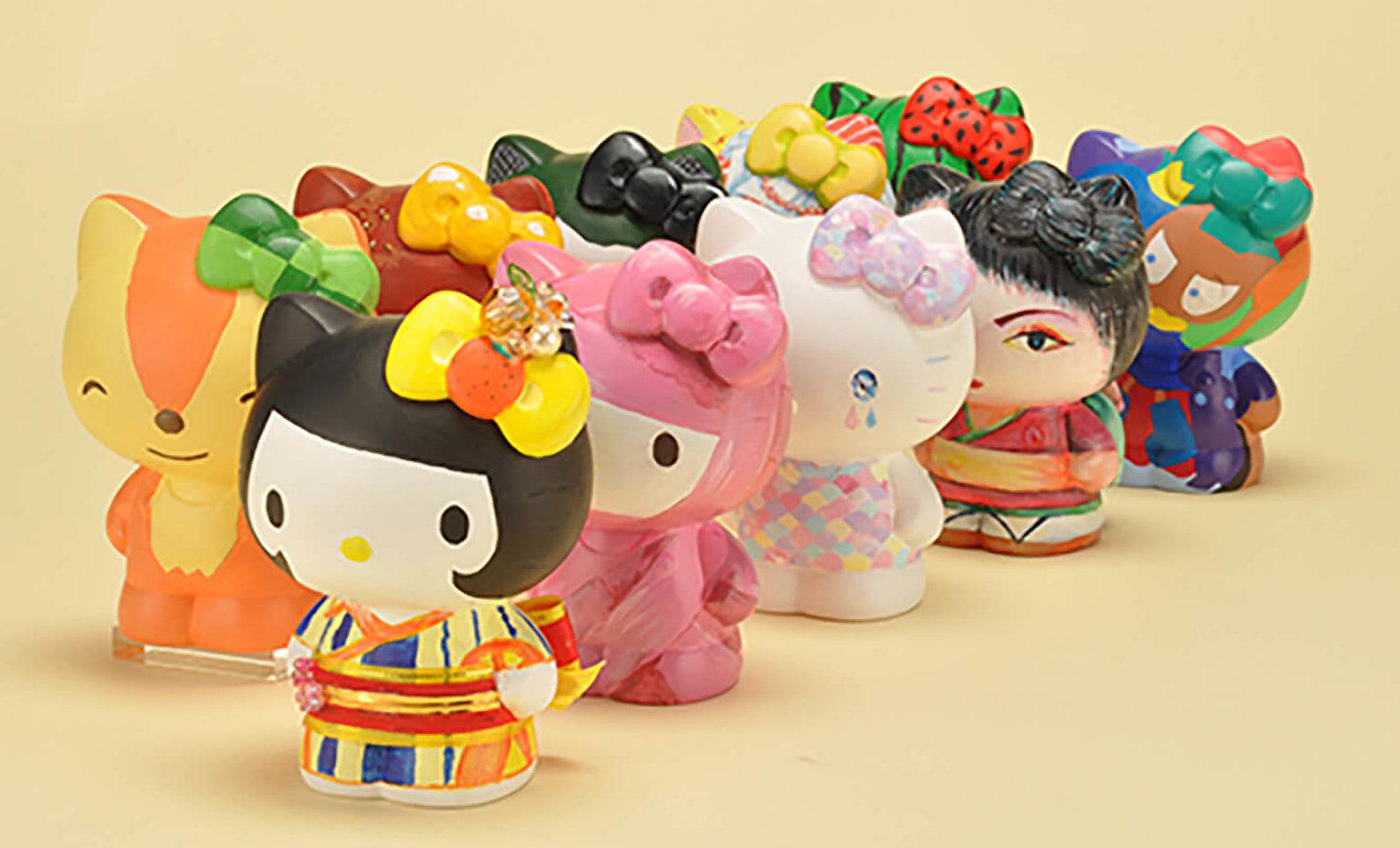 この写真はかわいいのヒミツ展のプレイスクール、素焼き。絵の具で着色した人形たち
