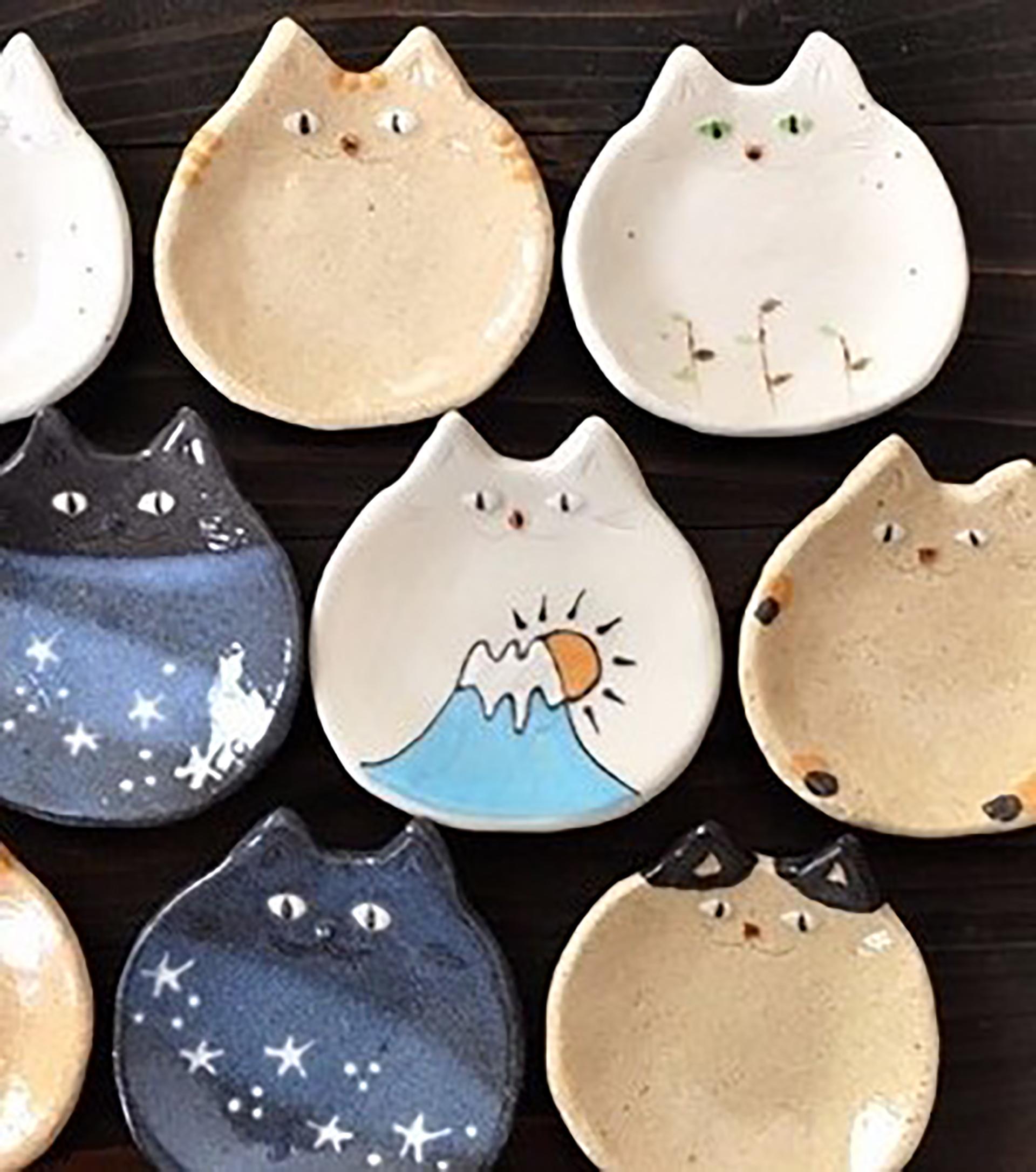 この写真は「暮らしとクリーマ」で開催する「かわいい動物あつめました。」に出展する716zakkaの猫陶器作例