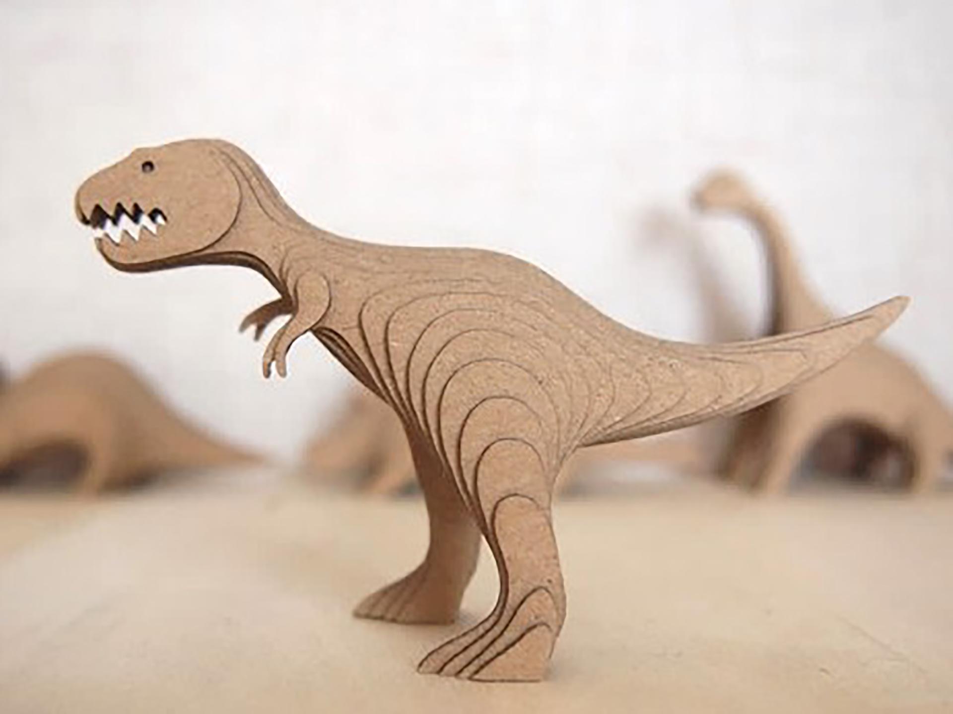 この写真は「暮らしとクリーマ」で開催する「かわいい動物あつめました。」に出展する段々倶楽部 / 段々キットをつくろう!のワークショップ実例・恐竜です。