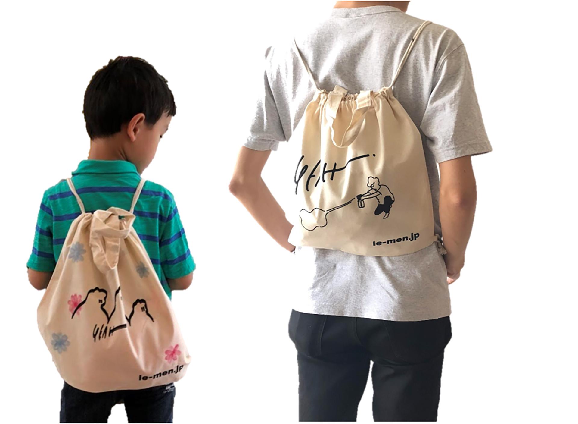 「家men」ワークショップで製作するバッグをしょっているところ