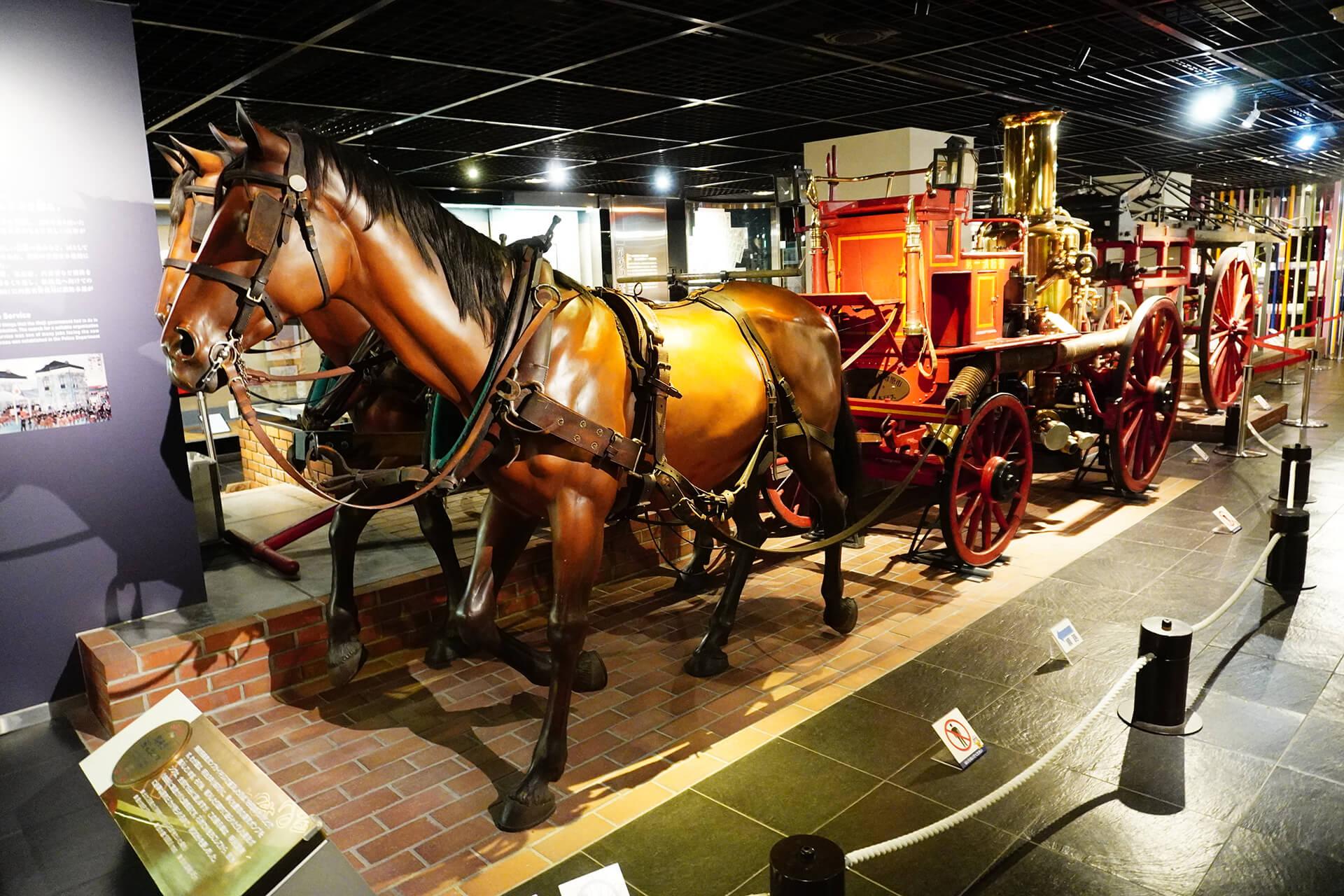 この写真は消防博物館にある昔の消防車展示・馬車