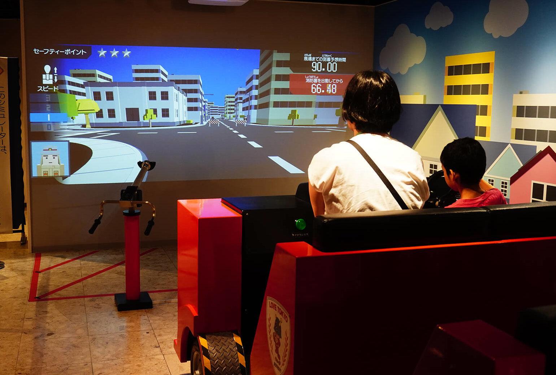 この写真は消防博物館にある消防体験ゲームの様子・移動中