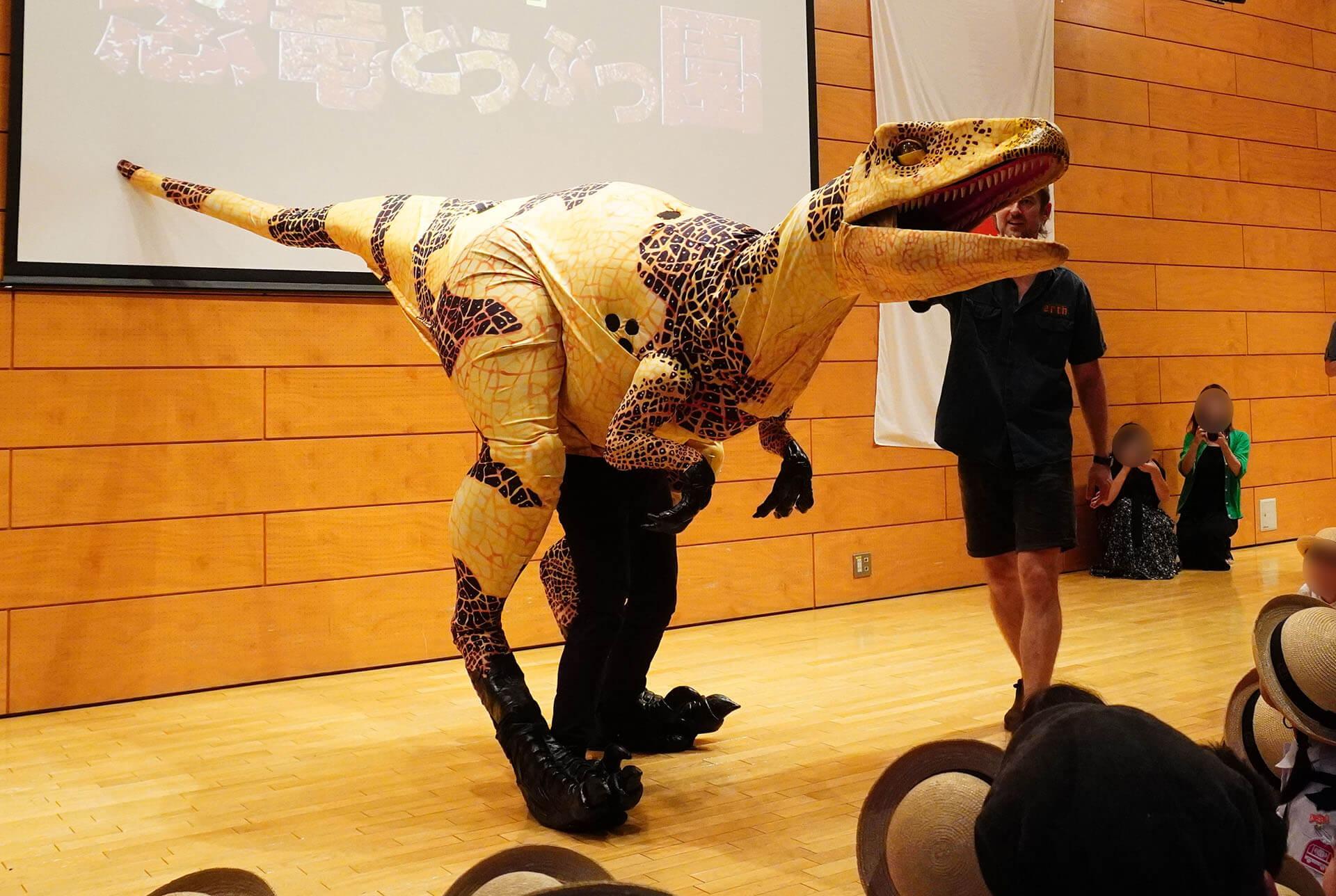 この写真は恐竜どうぶつ園プレイベントの様子。恐竜のご挨拶の様子