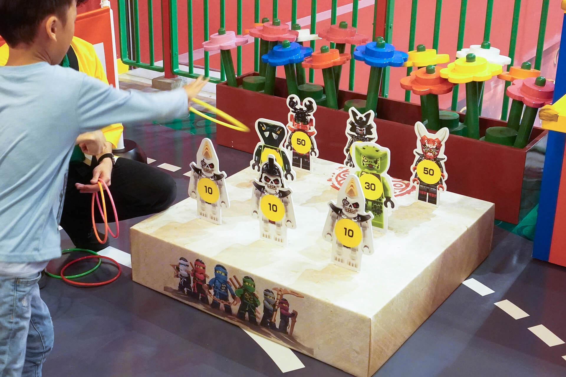 この写真は、レゴニンジャゴー夏祭りの輪投げの様子