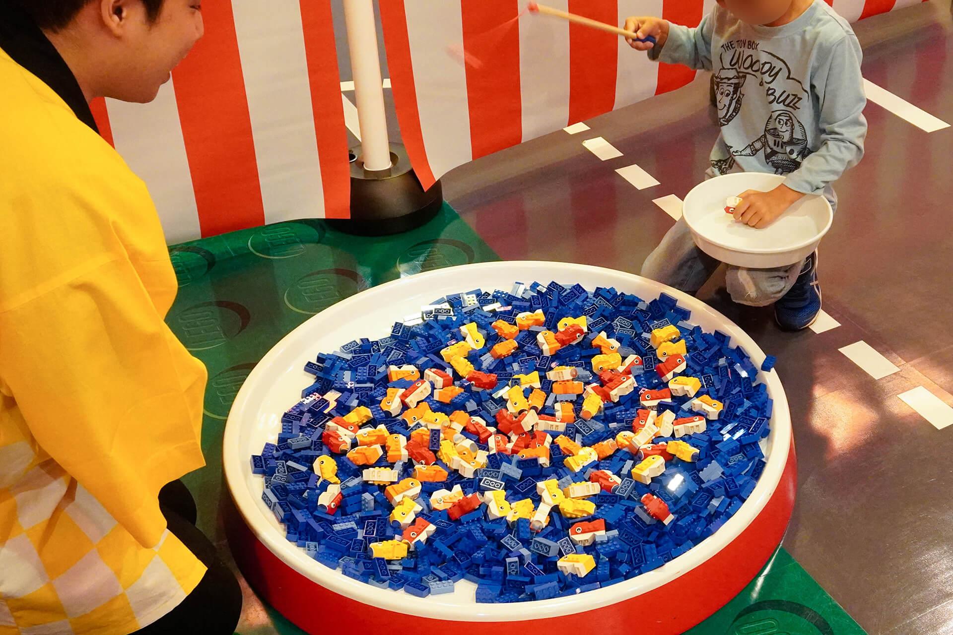 この写真は、レゴニンジャゴー夏祭りで金魚つりの様子