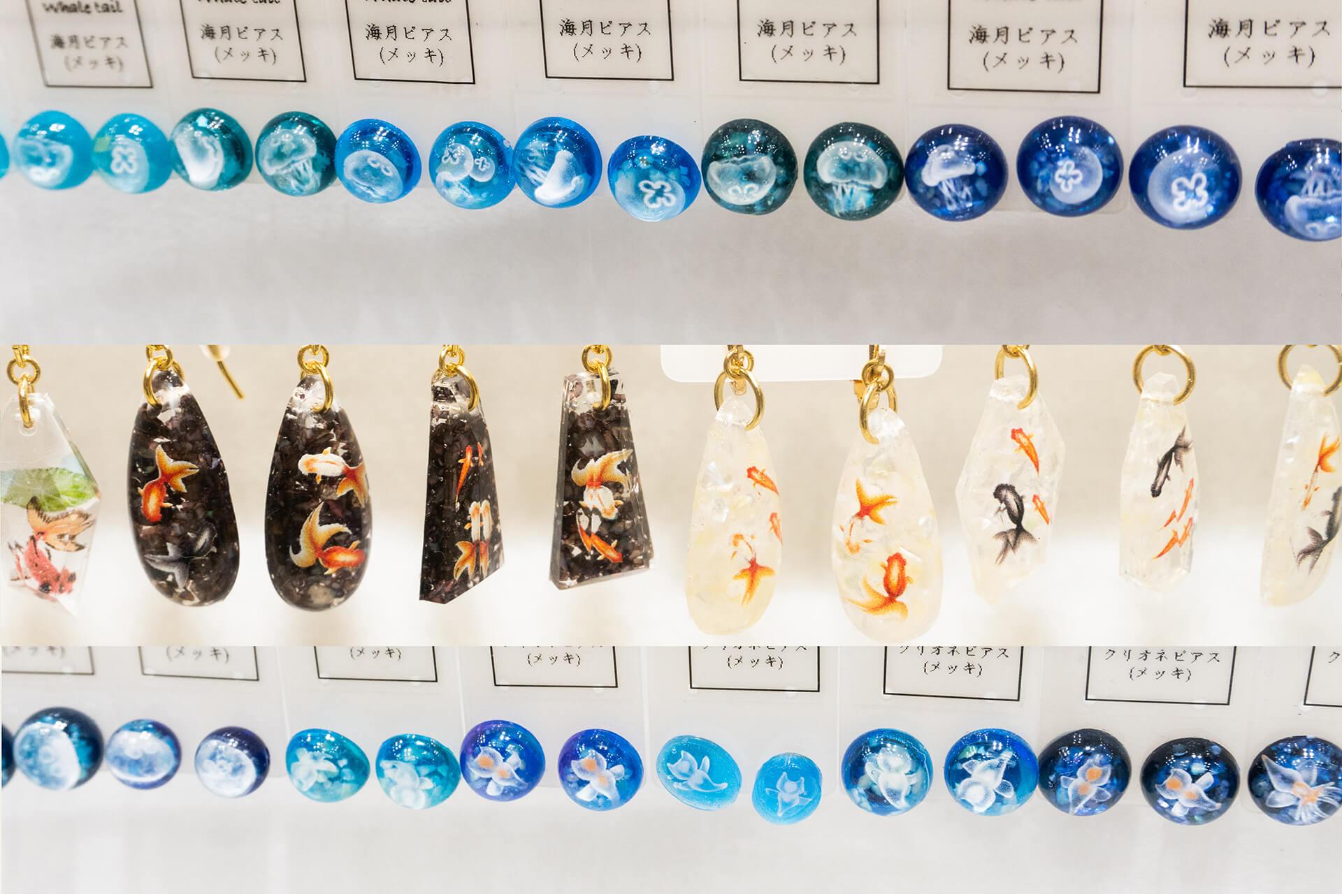 この写真はハンドメイドインジャパンにあった小魚、比べ入りピアス