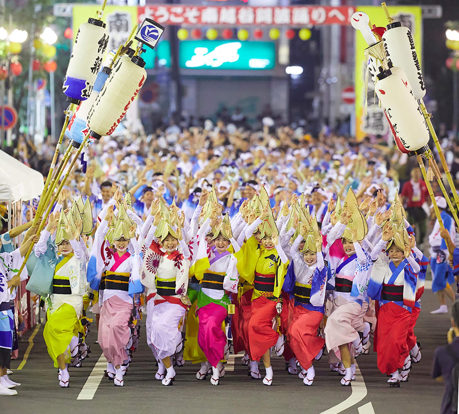 35回南越谷阿波踊りのイメージ写真。街中を踊り歩くシーンです
