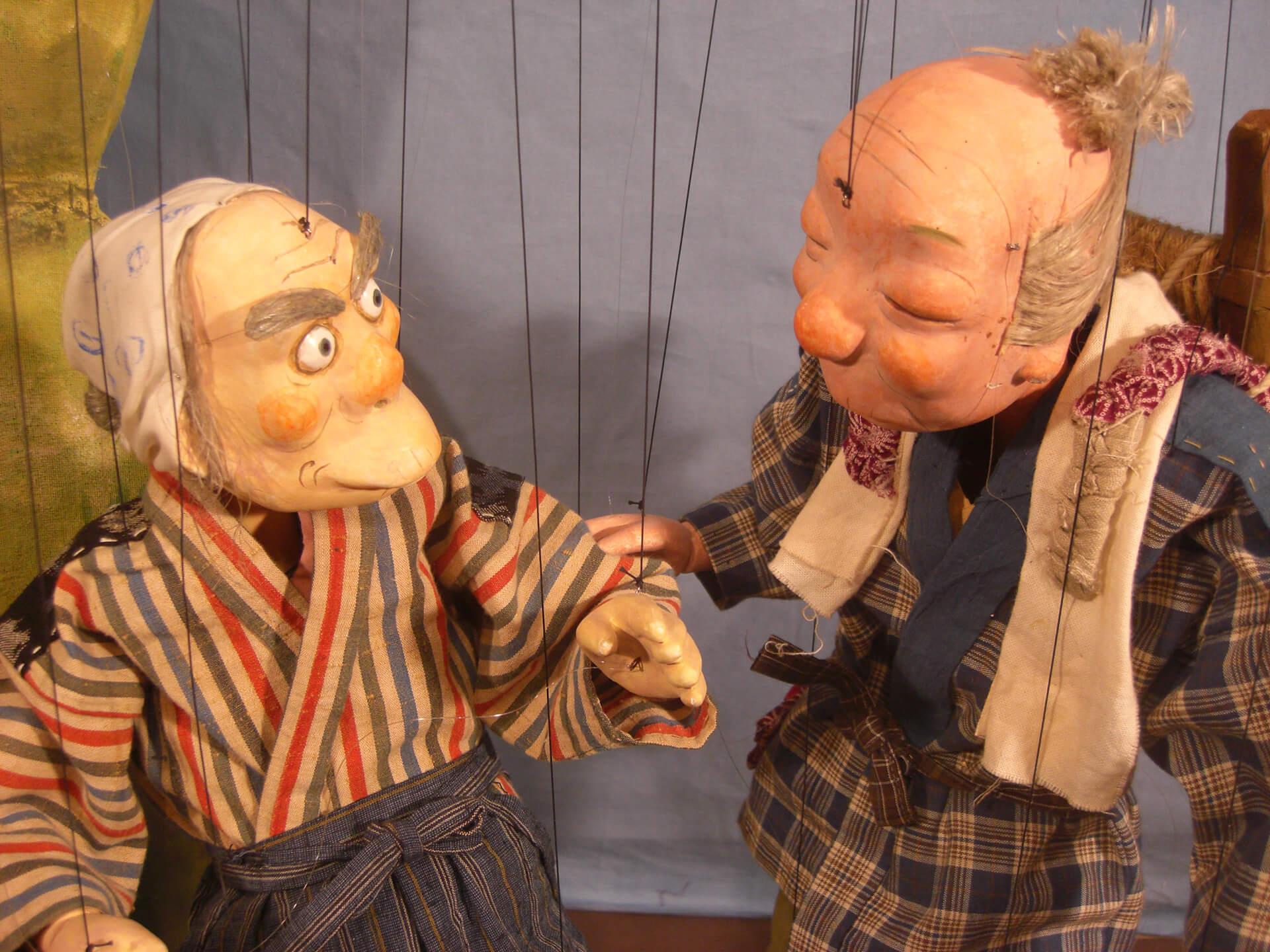 横浜人形の家 人形劇上演「舌切りスズメ」のおじいさんと街の人