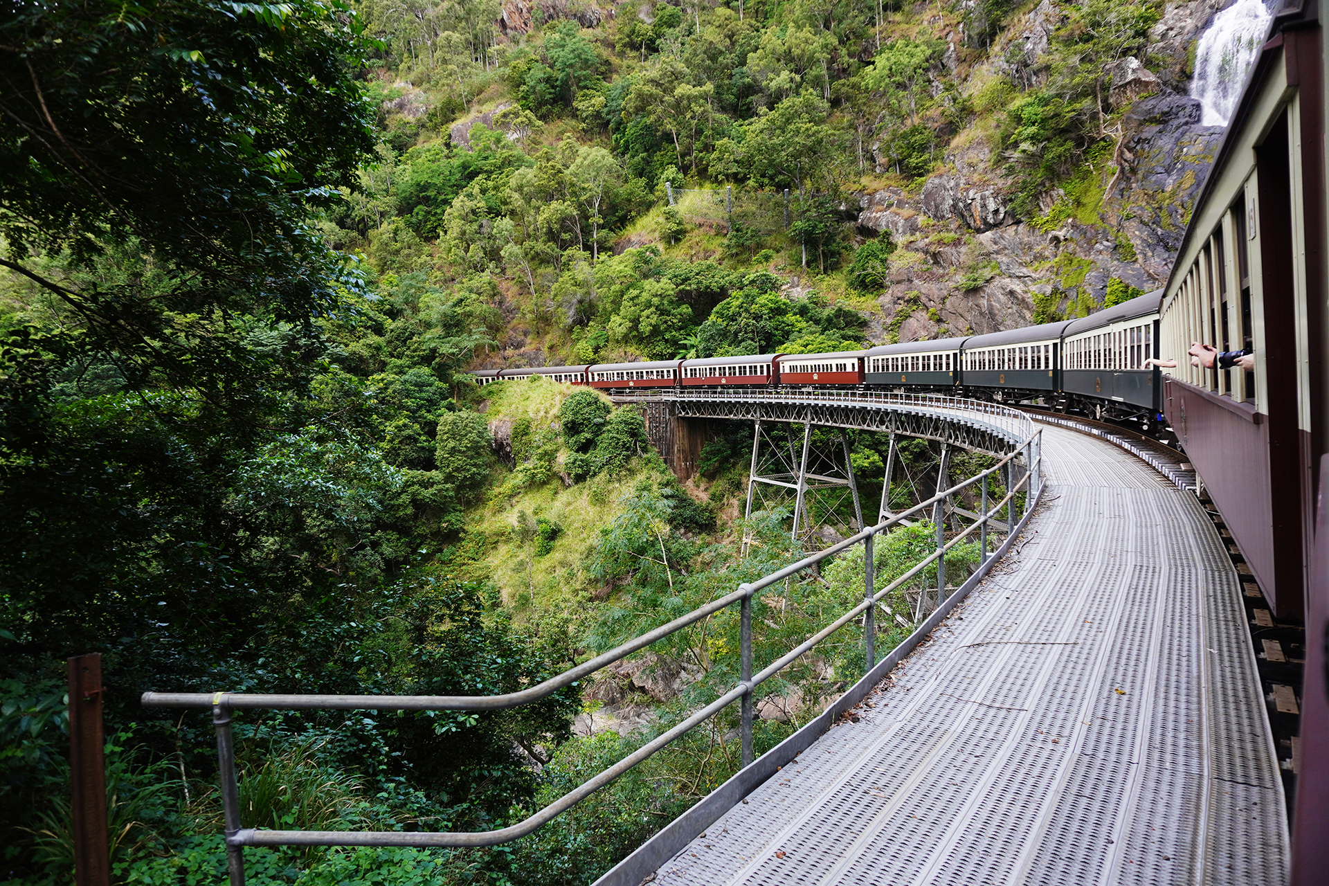 キュランダ列車走行風景
