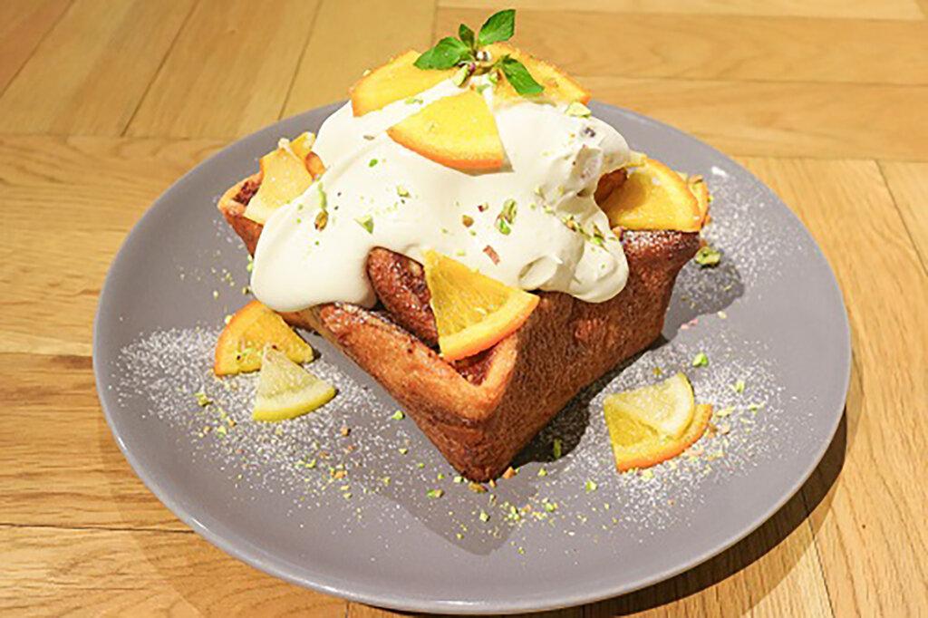 REISM STAND」季節限定フレンチトースト「オレンジとレモンのコンフィ ピスタチオクリーム」
